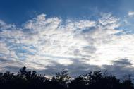 Wolkenspiel am blauen Himmel - gratis Foto Download